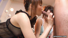 Two girls show fuck professionalism over one dick